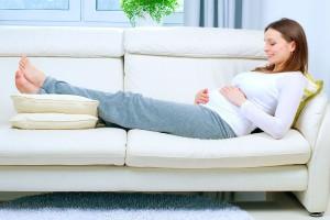 ما هي أسباب تورم القدمين أثناء الحمل وطرق تجنبها